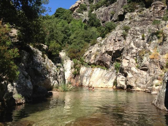 I nabobyen løber en flod fra bjergene ned til den store flod Orb. Undervejs er der små søer, som de lokale bruger som åndehuller i sommervarmen.